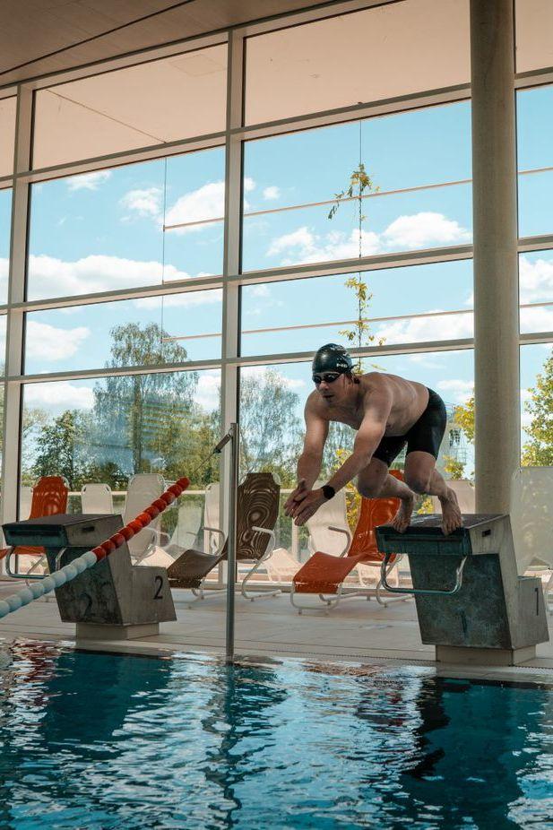 Im schwimmbad bekommt ständer freund Kleiner junge
