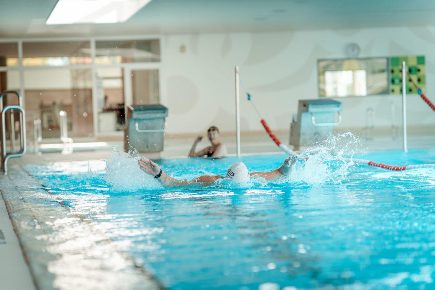 Im schwimmbad freund bekommt ständer Sturmfreie Bude